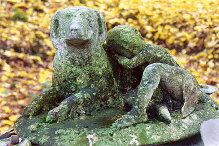 Памятник с барельефом собаки и надписями, установлен 350 лет назад в честь собаки Штуцель её любящими хозяевами фон Вангейхаймами в Германии.