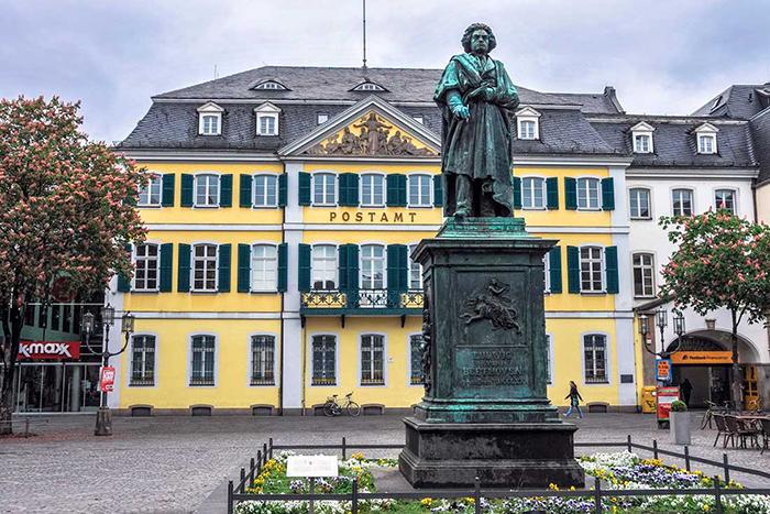 Памятник Бетховену в родном Бонне.