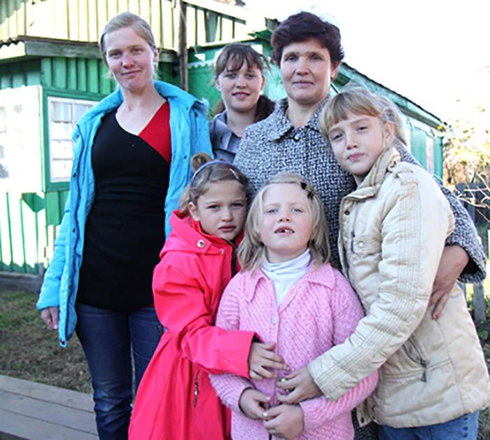 Анна со своими детьми.