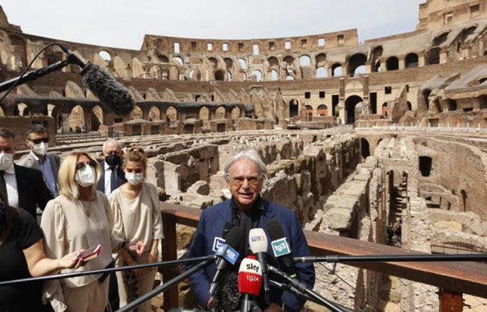 Диего Делла Валле даёт пресс-конференцию, посвящённую восстановлению Колизея.