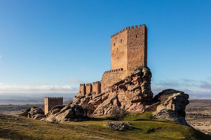 Несмотря на весь свой суровый вид снаружи, внутри замок выглядит просто роскошно.