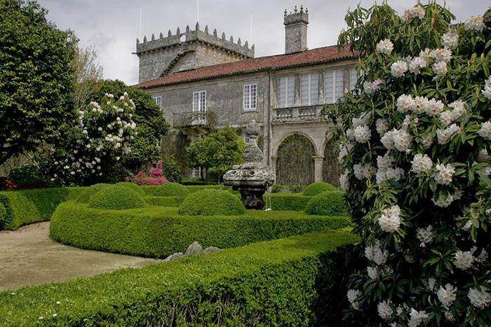 Прекрасный сад притягивает к себе.
