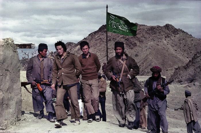 Душманы конвоируют советских военнопленных на афгано-пакистанской границе.