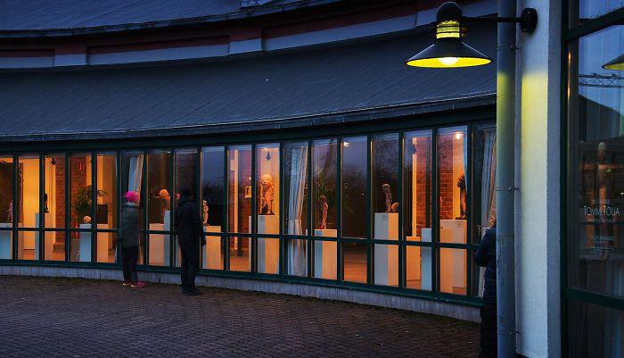 Художественный музей, который был закрыт из-за пандемии, перенастроил выставку, чтобы её можно было увидеть извне - днём или ночью. Сало, Финляндия.