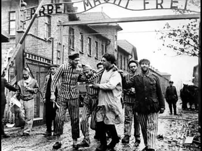Освобождённые узники концлагеря.