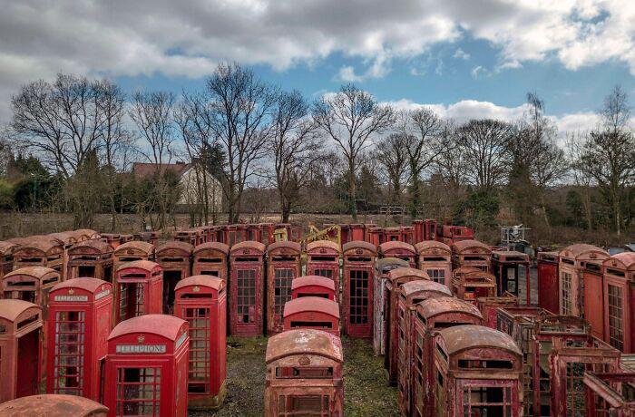Кладбище телефонных будок в Великобритании.