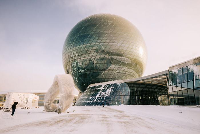 Футуристические здания делали город похожим на декорации фантастического фильма.