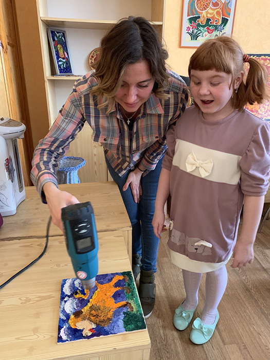Мастер-класс по энкаустике для воспитанников детского дома во Владимирской области.