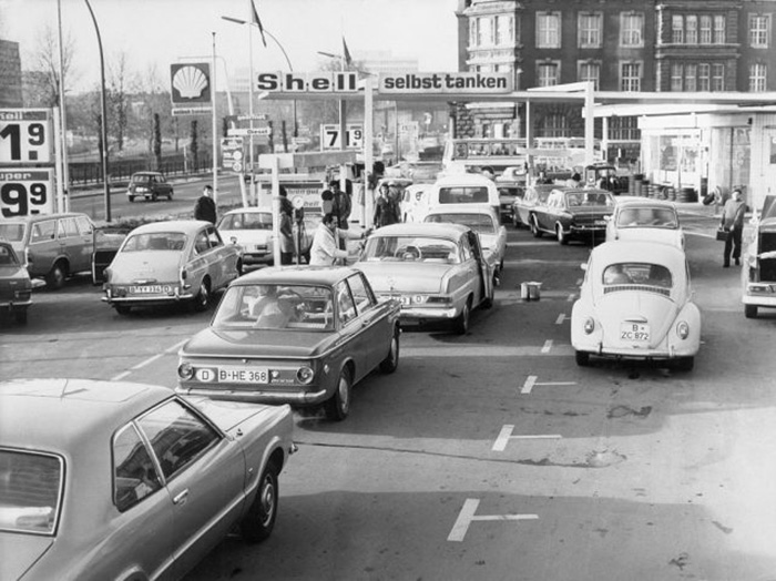 Машины выстраиваются в очередь на заправочной станции в Берлине во время нефтяного кризиса.