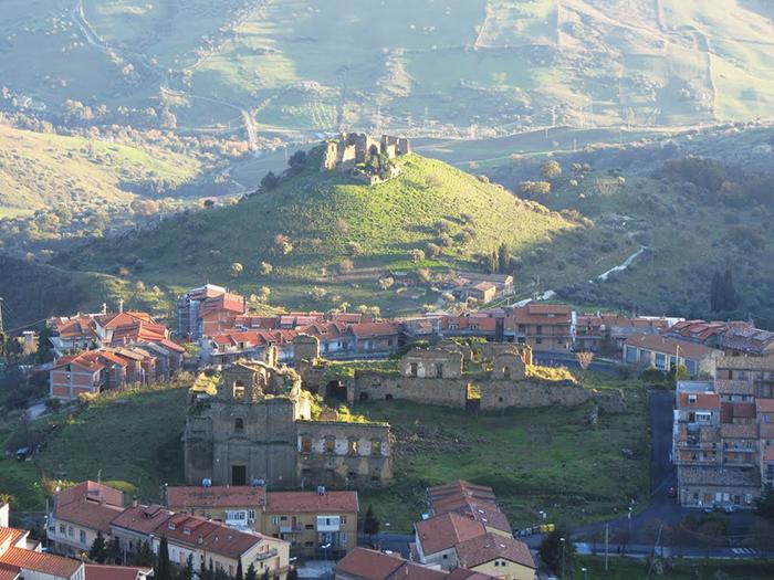 Панорамный вид на красивый холмистый город Троина, Сицилия, в провинции Энна.