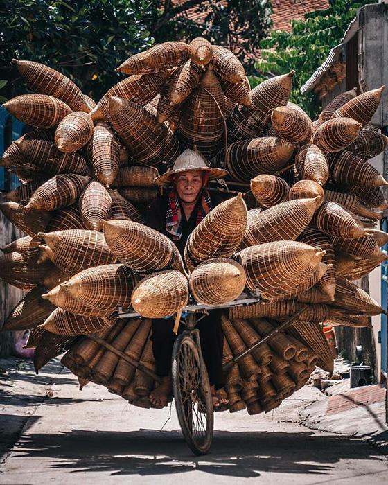 Вьетнам. Продавец ловушек для рыбы и раков.