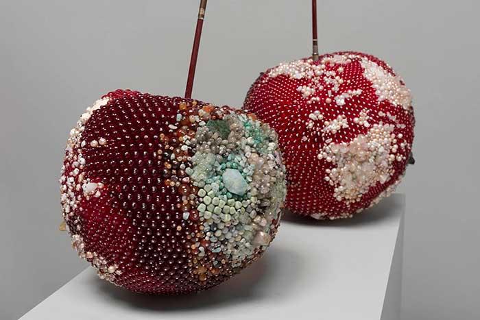 Испорченные фрукты, сделанные с помощью драгоценных камней, символизируют мирские излишества.