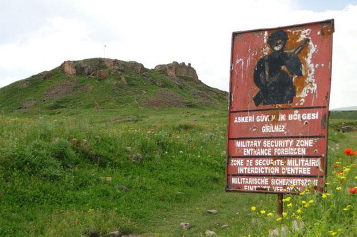 Военный предупреждающий знак с Цитаделью на заднем плане.