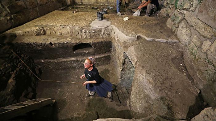 В комнатах были найдены остатки масляных ламп и много других предметов.