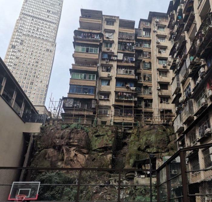 Статуя опасна для жителей дома тем, что в любой момент конструкция может разрушиться.