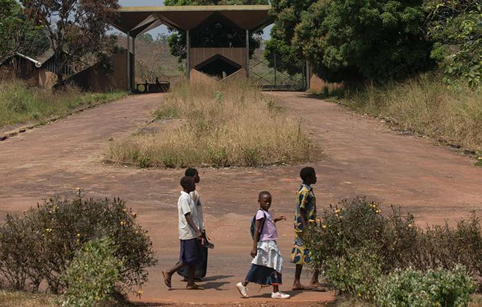 Обветшавшие коричнево-золотые ворота по-прежнему отмечают край бывшего поместья Мобуту.