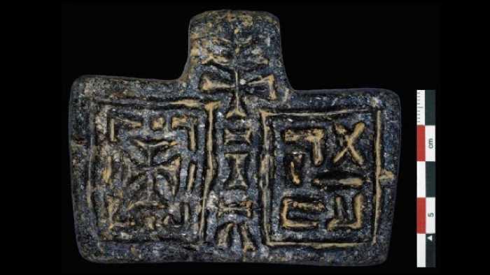 Обнаруженная при раскопках подвеска, предположительно это кулон, который носил на шее священник этого древнего христианского храма.