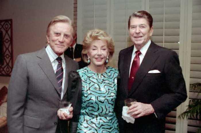 Кирк Дуглас с супругой Энн и Рональд Рэйган, 1987 год.