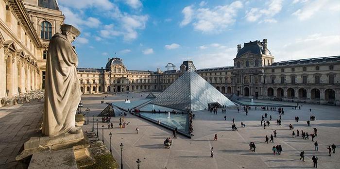 В конце 18 века Лувр впервые открыл свои двери для публики в качестве науионального музея.
