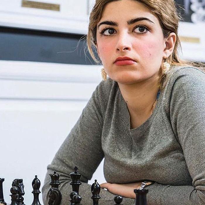 Девушку исключили из шахматной федерации Ирана за то, что она месяц выступала на соревнованиях без платка.