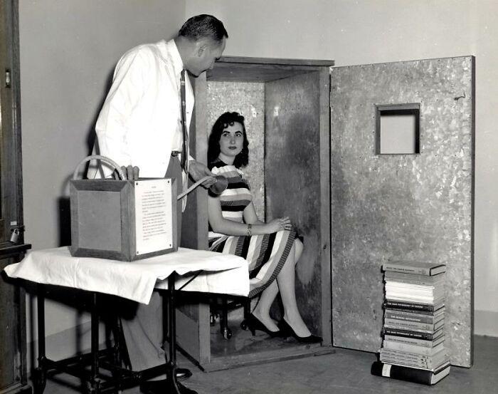 Оргонный аккумулятор, устройство 1950-х годов, позволяющее человеку, сидящему внутри, привлекать оргон, безмассовую «целительную энергию».