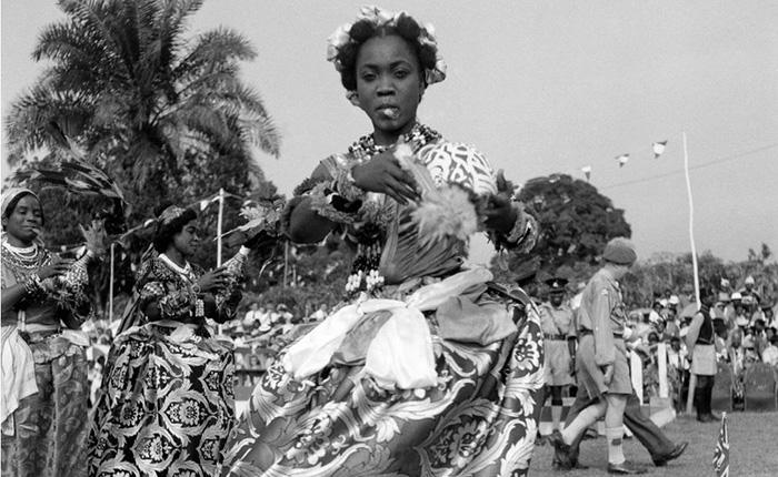Танцоры Эфик выступают перед королевой и герцогом Эдинбургским во время их турне по Нигерии в 1956 году.