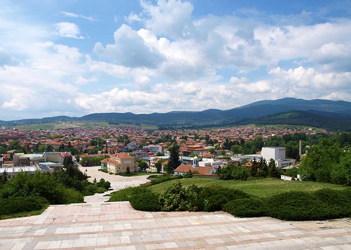 Город Панагюриште в окружении живописных полей и лугов.