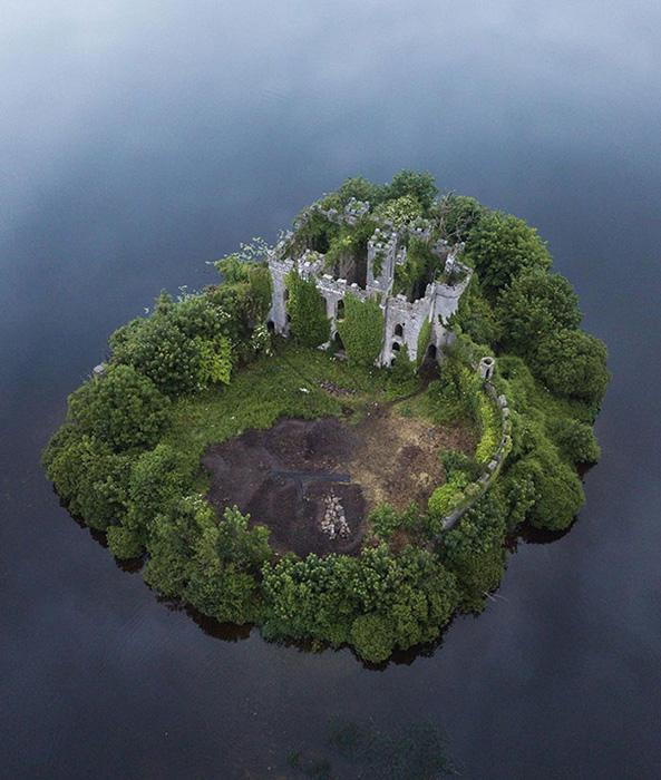 Природа почти поглотила замок.