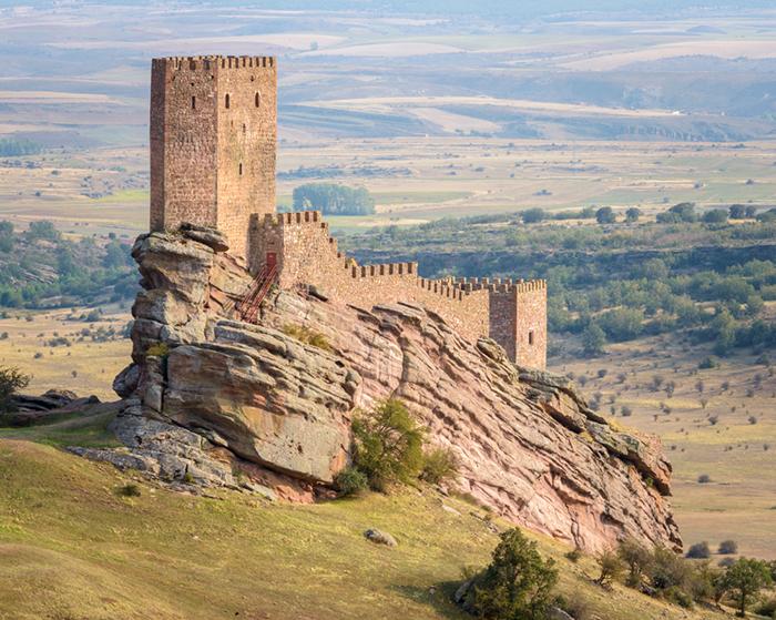 Выглядит замок Сафра как неприступная крепость.