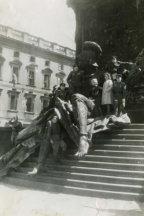 Фотограф-разведчик из Перми Михаил Арсентьев в День Победы сделал фото в Берлине у памятника  кайзеру Вильгельму I и назвал снимок «Победители у стен Рейхстага».