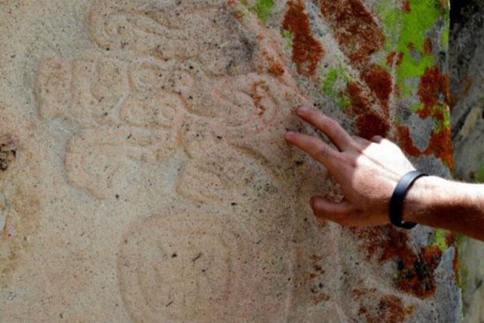 На камнях вокруг этого места были найдены резные фигурки животных и людей.