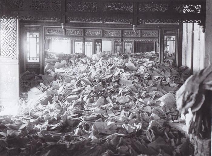 Сваленные в кучу архивы Монголии.