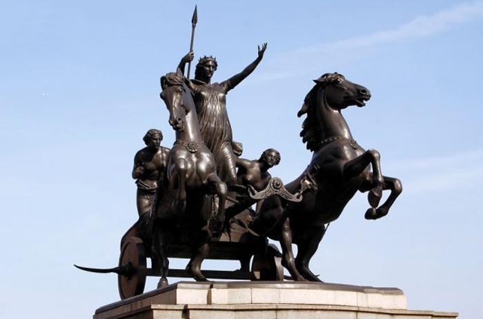 Памятник кельтской королеве иценов Боудикке.
