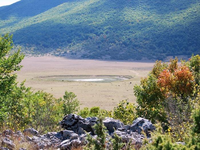 Вид на кратер от падения метеорита с равнины.
