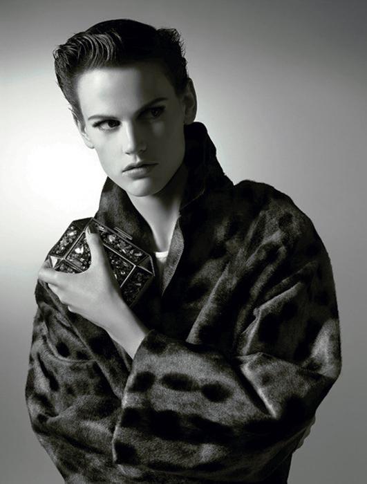 Андрогинная внешность позволяет Саскии рекламировать и женскую, и мужскую одежду.