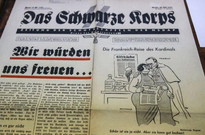 Карикатура в нацистской газете СС 1937 года: кардинал Пачелли обнимает женщину-коммунистку.