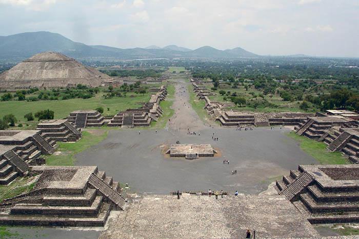 Когда ацтеки наткнулись на этот древний город, он поразил их своим величием.