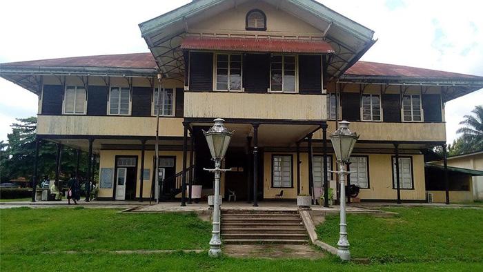 Старая британская колониальная администрация находилась ранее в этом здании. Теперь это Национальный музей в Калабаре.