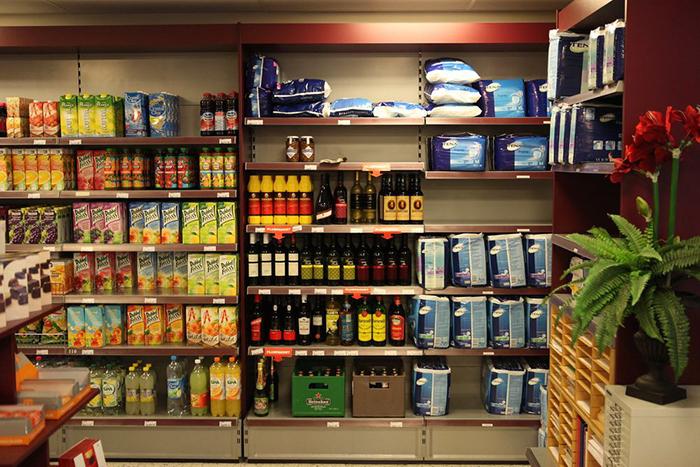 У людей здесь есть доступ ко всем обычным вещам, таким как супермаркет или другое общественное место.