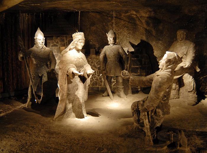 Прекрасные соляные статуи высечены скульпторами-шахтёрами.