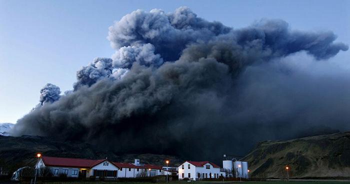Извержение вулкана покрыло всё приличным слоем пепла.