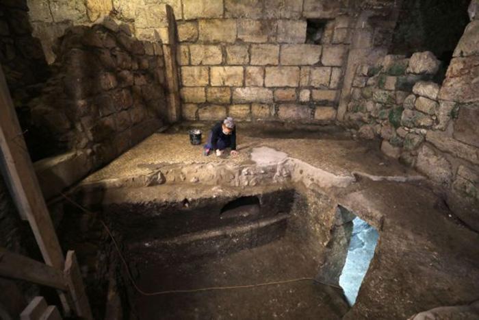 Техила Садиэль, археолог Управления древностей Израиля, работает над раскопками подземной системы, высеченной в скале под 1400-летним зданием у Западной стены в Старом Иерусалиме, 19 мая 2020 года.