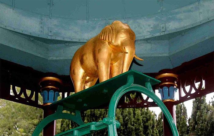 Позолоченный слон, украшающий заводной механизм колодца.