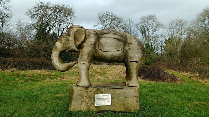 На эстраде, отреставрированной к 150-летию колодца, резная деревянная скульптура индийского слона.