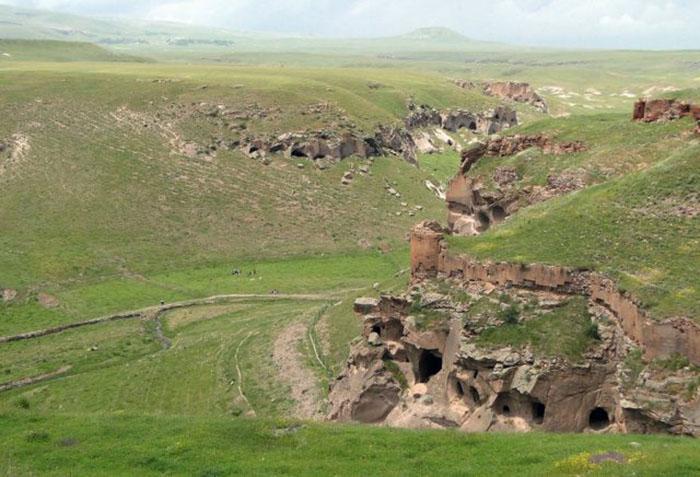 Ущелье под Ани, показывающее многочисленные пещеры, вырытые в скалах, а также укрепления.