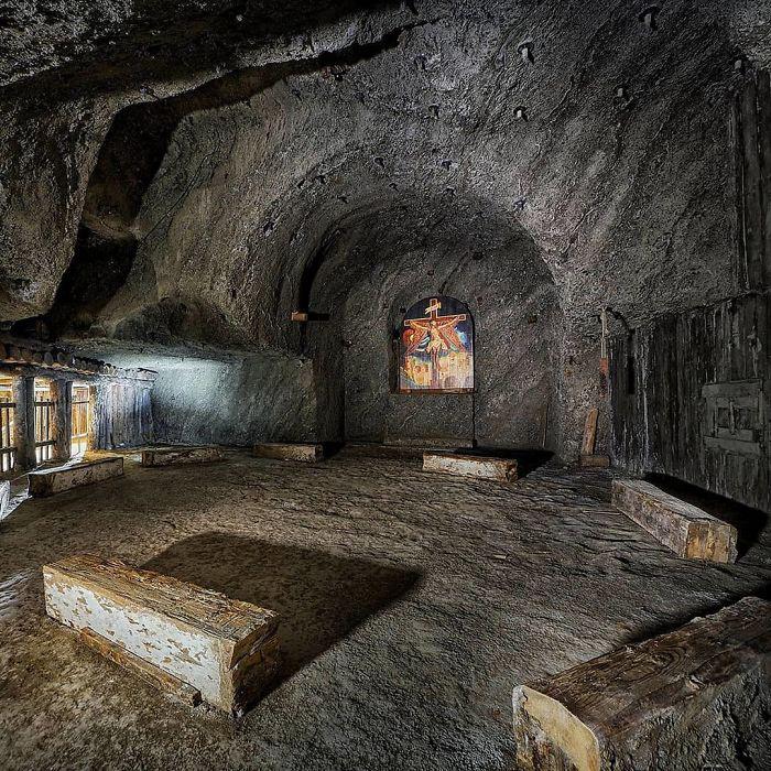 Тёмные пещеры шахтёры постепенно превратили в королевские палаты.