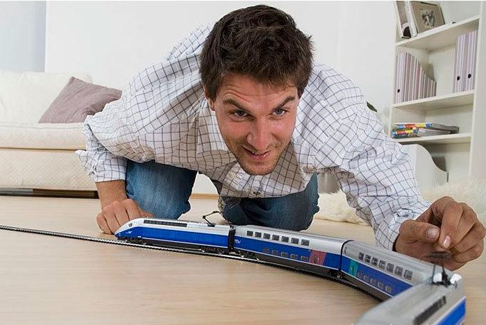 Работник железной дороги при деле.
