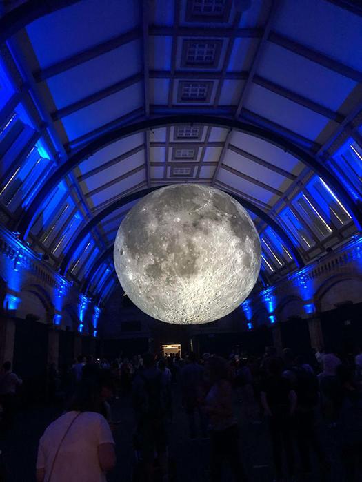 В Музее естествознания есть копия Луны.