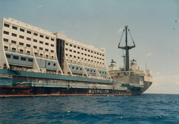Так плачевно выглядит, этот некогда роскошный плавучий отель, сейчас.