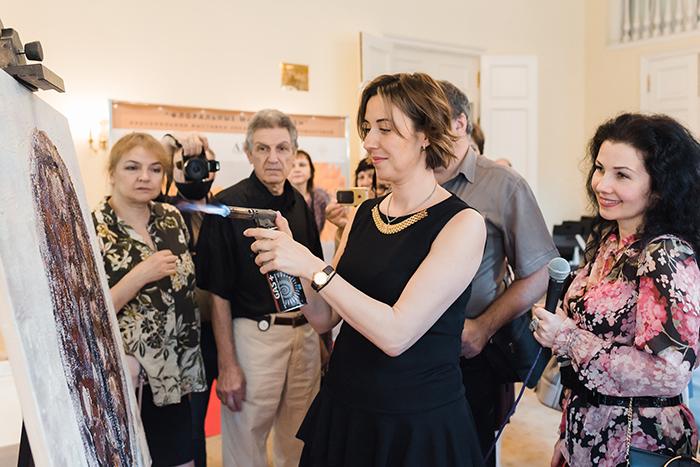 Юлия Мамонтова проводит мастер-класс на тему энкаустики.